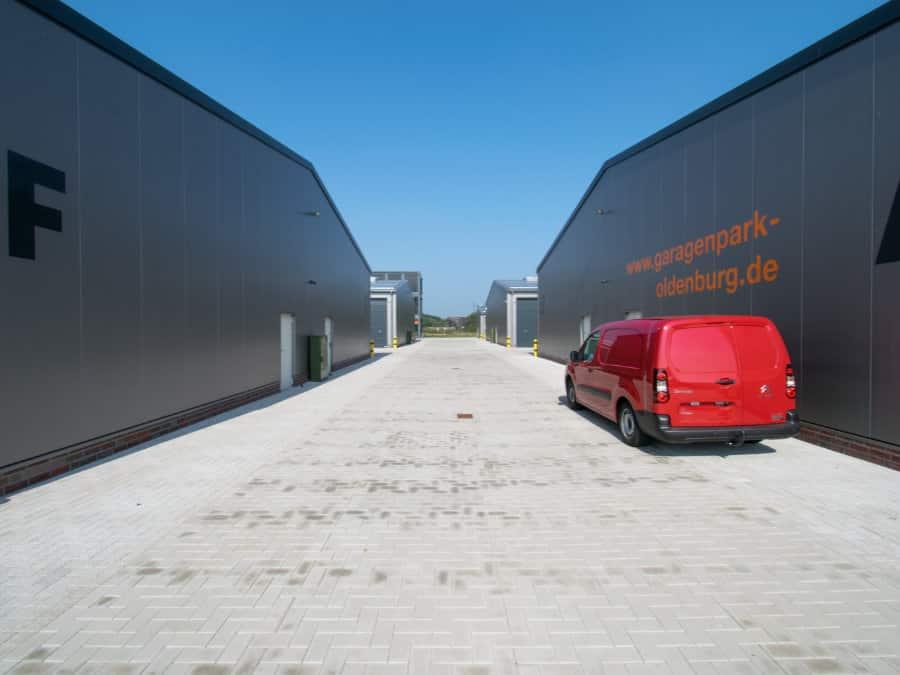 Blick auf alle Halleneinheiten und Verwaltungsgebäude