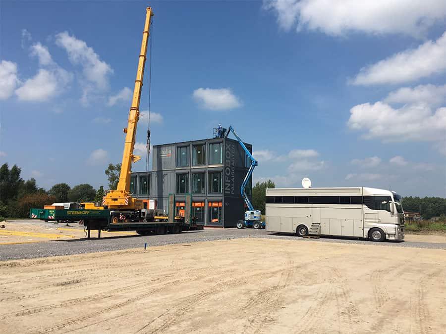 Das Container-Büro wird errichtet