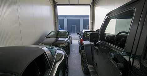 Innenansicht einer Mietgarage mit 4 Fahrzeugen